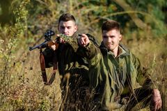 Chasseurs avec des fusils dans l'environnement de nature Garde-chasse de chasseurs recherchant l'animal ou l'oiseau Chasse avec l image stock