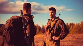 Chasseurs avec l'arme à feu de fusil de chasse sur la chasse Chasseurs dans des vêtements de camouflage prêts à chasser avec chas photos stock