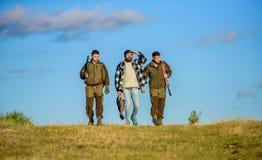 Chasseurs avec le jour ensoleillé d'automne de promenade d'armes à feu Passe-temps brutal Types recueillis pour la chasse Nature  photos stock