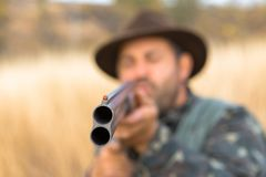Chasseurs avec une arme à feu et un drathaar allemand Chasse de pigeon avec des chiens S photos stock
