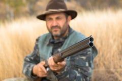 Chasseurs avec une arme à feu et un drathaar allemand Chasse de pigeon avec des chiens S images stock