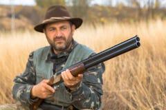 Chasseurs avec une arme à feu et un drathaar allemand Chasse de pigeon avec des chiens S images libres de droits