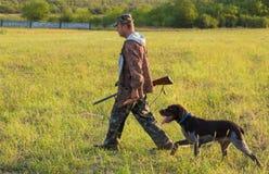 Chasseurs avec une arme à feu et un drathaar allemand Chasse de pigeon avec des chiens S photographie stock libre de droits