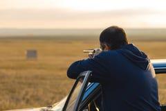 Chasseurs avec une arme à feu et un drathaar allemand Chasse de pigeon avec des chiens S photo stock