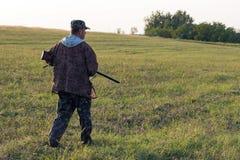 Chasseurs avec une arme à feu et un drathaar allemand Chasse de pigeon avec des chiens S photo libre de droits