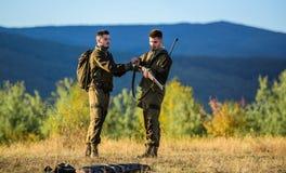 Chasseurs barbus d'hommes avec le fond de nature de fusil L'expérience et la pratique prête la chasse de succès Dans la façon don image stock