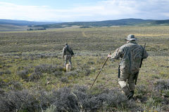Chasseurs camouflés de coyote dans le sud-ouest Wyoming images libres de droits
