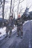 Chasseurs de cerfs communs avec des canons images libres de droits