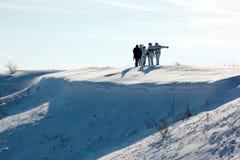 Chasseurs marchant dans la neige image stock