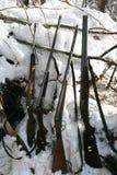 Chasseurs sibériens d'armes de chasse pendant l'hiver le repaire photographie stock libre de droits