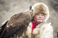 Chasseuse d'Eagle avec son Altai Eagle d'or photos libres de droits