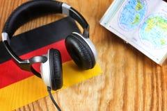 Chassez l'écouteur et le drapeau de langue sur une table Photographie stock libre de droits