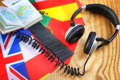 Chassez l'écouteur et le drapeau de langue sur une table Image libre de droits