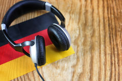 Chassez l'écouteur et le drapeau de langue sur une table Photos libres de droits