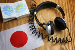 Chassez l'écouteur et le drapeau de langue sur une table Photos stock