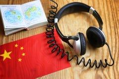 Chassez l'écouteur et le drapeau de langue sur une table Photographie stock