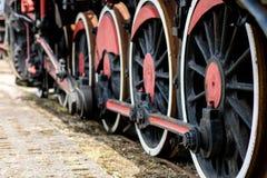Chassi av det gamla drevet Tunga hjul för stål av en ångalocomoti fotografering för bildbyråer