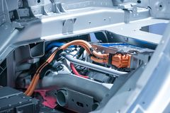 Chassi do carro bonde com o close up das conexões do powertrain e de poder Azul tonificado imagens de stock