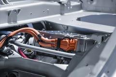 Chassi do carro bonde com o close up das conexões do powertrain e de poder Azul tonificado foto de stock royalty free