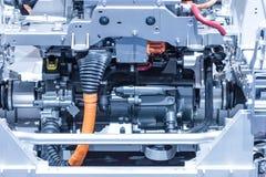 Chassi do carro bonde com o close up das conexões do powertrain e de poder Azul tonificado fotos de stock royalty free