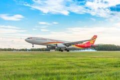Chassi do toque de Airbus a330 Hainan Airlines com fumo, aeroporto Pulkovo, Rússia St Petersburg 15 de agosto 2018 fotos de stock