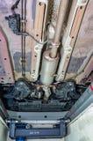 Chassis, opschorting, corpusculaire filter en uitlaat van een auto die van de inspectiekuil wordt gezien stock fotografie