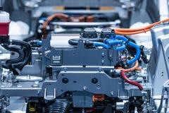 Chassis van de elektrische auto met powertrain en machtsverbindingenclose-up Gestemd blauw stock foto