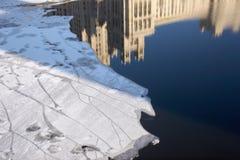 Chassoir de glace sur le Moscou-fleuve Images libres de droits
