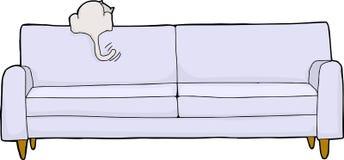 Chat blanc enthousiaste sur le sofa Photos libres de droits
