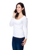 Chat der jungen Frau am Handy Stockfotografie