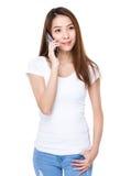 Chat der jungen Frau am Handy Stockbild