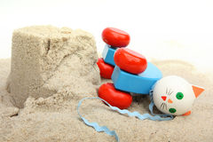 Chat en bois sur le sable et le secteur de boue Photographie stock libre de droits