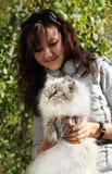 Chat et jeune femme nevsky sibériens de masqarade photographie stock