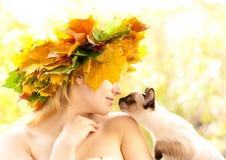 Chat et nymphe d'automne photos libres de droits