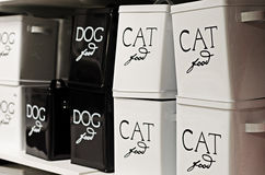 Chat et récipients d'aliments pour chiens Images stock