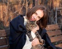Chat gris et jeune fille Photos libres de droits