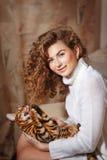 Chat jouant avec la fille de cheveux Image libre de droits