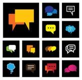 Chat- oder Spracheblasenvektorikonen stellten auf schwarzen Hintergrund ein Stockfotos