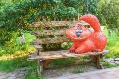 Chat rouge drôle dans la ville de Frounze de parc de Novorossiysk Photos libres de droits