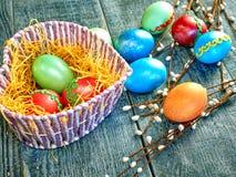 Chat-saule de Pâques et oeuf de pâques sur le fond authentique Carte de Pâques heureuse Photographie stock libre de droits