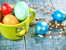 Chat-saule de Pâques et oeuf de pâques sur le fond authentique Carte de Pâques heureuse Photo stock