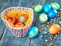 Chat-saule de Pâques et oeuf de pâques sur le fond authentique Carte de Pâques heureuse Photographie stock