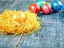 Chat-saule de Pâques et oeuf de pâques sur le fond authentique Carte de Pâques heureuse Photos libres de droits