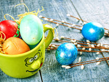 Chat-saule de Pâques et oeuf de pâques sur le fond authentique Carte de Pâques heureuse Image libre de droits
