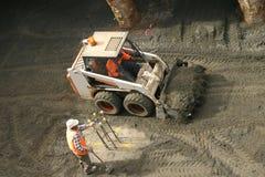 Chat sauvage et travailleur de la construction Photos libres de droits