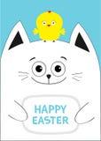 Chat tenant l'oiseau heureux de poulet des textes de Pâques sur la tête Carte de voeux Amis d'oiseau de poussin de bébé Caractère Photos stock