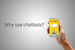 Chatbot begrepp Hållande smartphone för man och använda att prata Royaltyfria Bilder