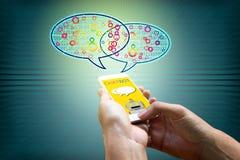 Chatbot begrepp Hållande smartphone för man och använda att prata Royaltyfri Foto