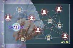 Chatbot begrepp Man på den pointting chatbottext och nätverkssammanlänkningen Arkivfoto