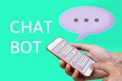 Chatbotconcept het sociale media netwerk en mens gebruiken die op sma babbelen Stock Fotografie